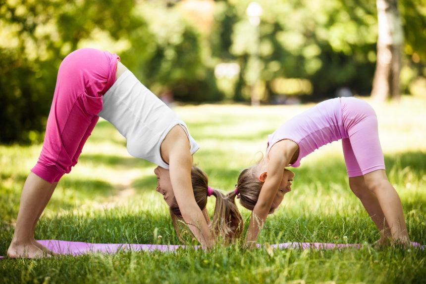Yoga per i bambini: come riconosciamo i corsi seri e 5 esercizi da fare insieme